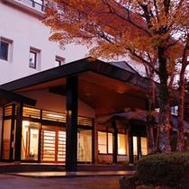 秋の夕暮れ、本館玄関
