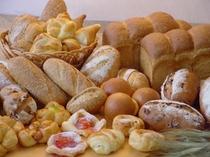 レパートリー豊富な味わい深いホカホカの自家製焼き立てパン。