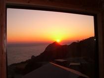 ピクチャーウインドウから眺めた夕日