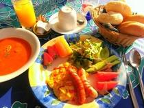 朝食はコンチネンタル♪ジュース・スープ・卵・サラダ・果物・ヨーグルト・コーヒー紅茶・温かパン食べ放題