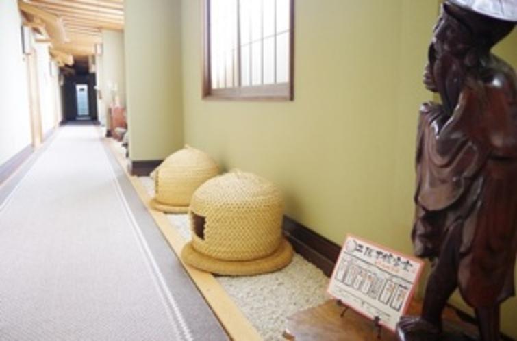 2階本館客室 新潟県関川村に古くから伝わる民芸工芸品の猫ちぐらも、お出迎え