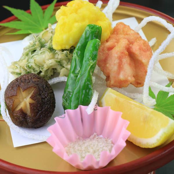 ◎ハモの3色天ぷら。梅、卵の黄身、刻んだ大葉の彩りが楽しい。