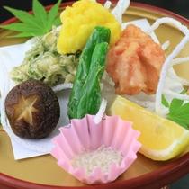 ハモの3色天ぷら。梅、卵の黄身、刻んだ大葉の彩りが楽しい。
