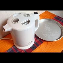 全室に湯沸かしポットを置いてありますのでご利用ください。