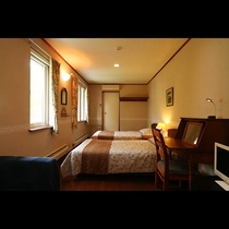 ホテル風の落ち着いた雰囲気のツインルーム。