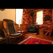 ダイニングルーム◆暖炉を囲いながら素敵なひとときをお過ごしいただけます