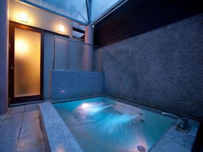 貸切の露天風呂夜には水中照明も