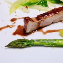 信州ハーブ鶏の燻製、トリュフの香りを纏ったポルト酒のソース