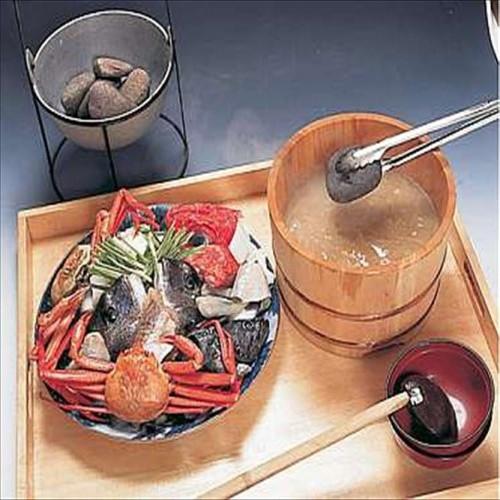 みやじま名物「わっぱ煮」。魚介の入ったワッパにアツアツの石を投入!