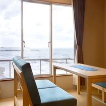 【リノベーション客室】視界に海が広がるよう配置されたソファー(一例)