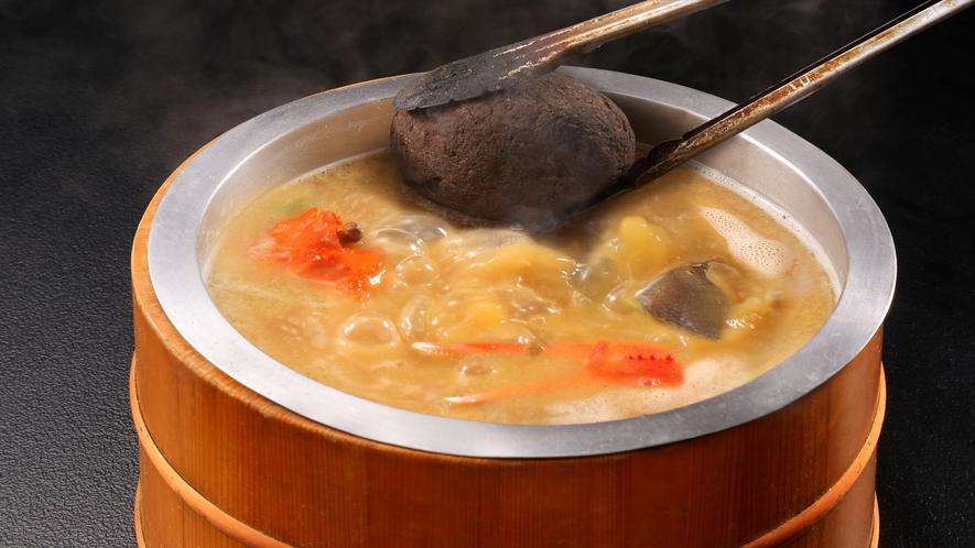 【オプションも可】当館名物「わっぱ煮」!魚介の入ったワッパに焼石を投入!豪快漁師料理(一例)