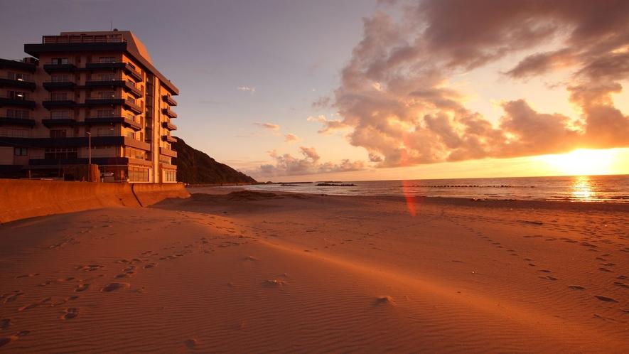 夕陽と当館のコラボ!湯野浜で唯一!砂浜沿いに建つ宿