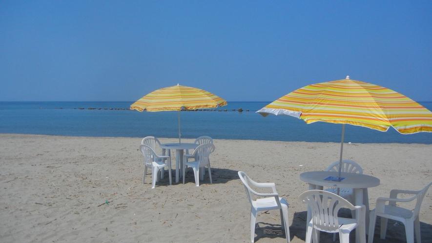 海水浴場にみやじま宿泊者専用の「ビーチパラソル」「テーブル・イスセット」をご用意!