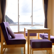 【リノベーション客室】海一望の寛ぎスペース(一例)
