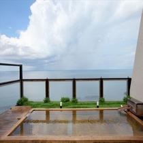 青空の中浸かる展望と天風呂。開放的!