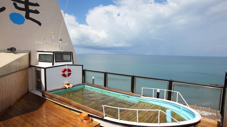 まるで海に浮かんでいるような漁船露天風呂!