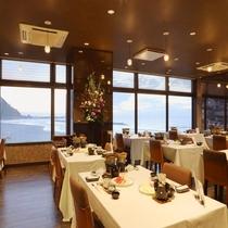 レストランでは夕陽に染まる海を望みながら夕食を♪