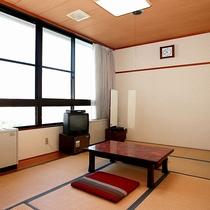 【お部屋】大きな窓があり、開放的な和室です