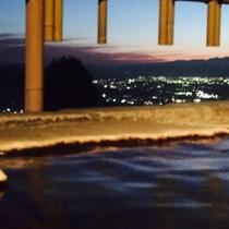 サンセット時間の貸切温泉から** 時間帯によって様々な景観をお楽しみいただけます。夕夜景も格別です♪