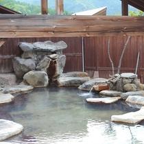 露天風呂 遠見の湯(とおみのゆ)には一部屋根がございます。
