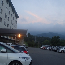 【無料大駐車場完備】信州中野ICより15分☆当館の広々駐車場は日帰りご入浴の方もご利用可能です。