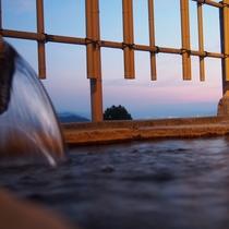 サンセット時間の貸切温泉から** 時間帯によって様々な景観をお楽しみいただけます。