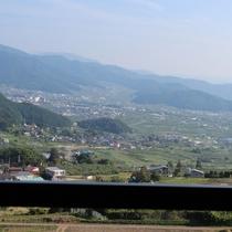 街側(夜景側)のお部屋からの景色の眺め。夜には山ノ内町や善光寺平の夜景も。