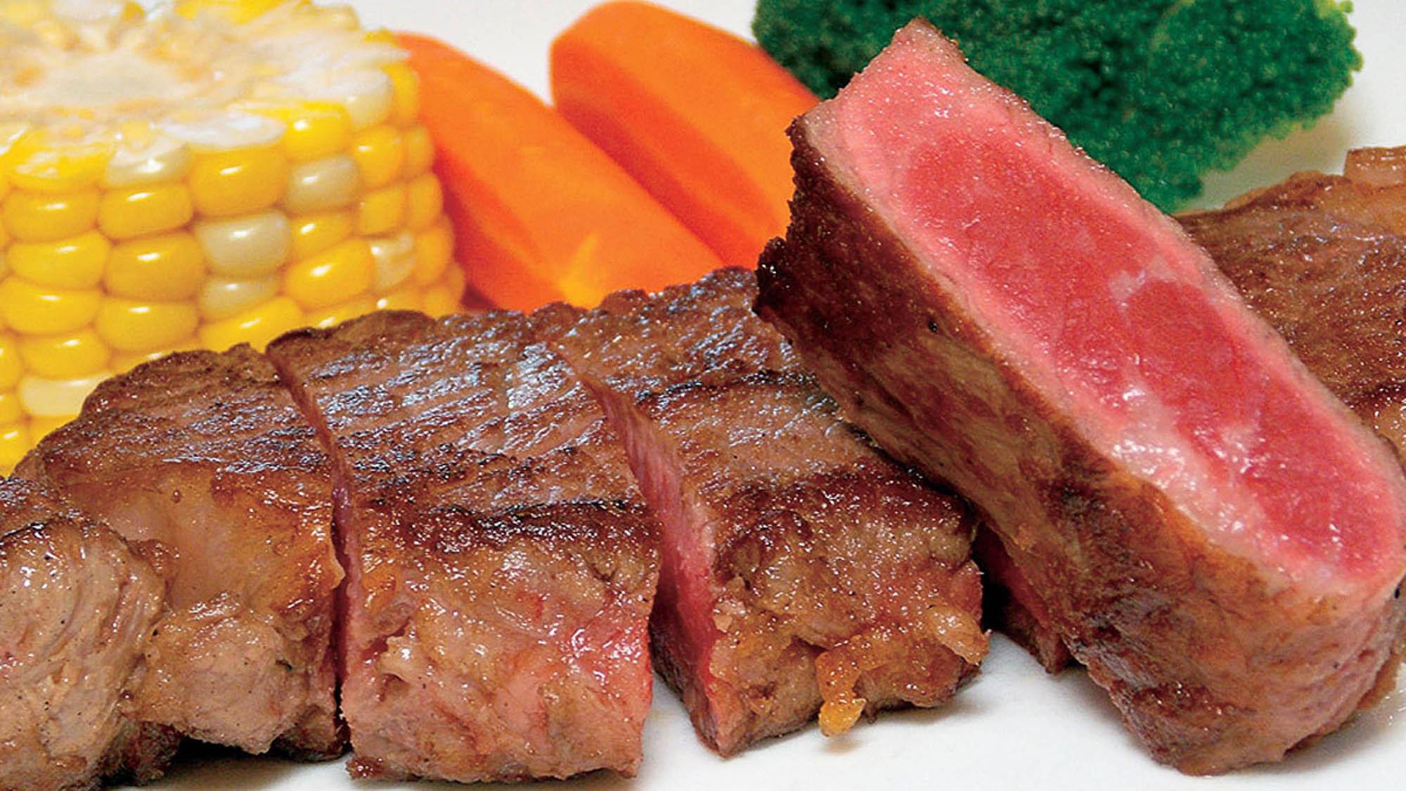 【夕食】自慢の北海道産牛のサーロインステーキを召し上がれ♪