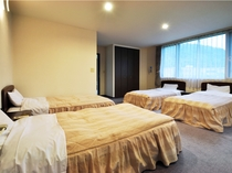 【カルテットルーム】ベッド4台設置のグループ、ファミリーに最適なお部屋です。