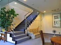 【ロビー】客室へののぼり階段