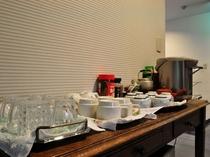 【廊下】客室でお楽しみいただけるお茶やコーヒーをご用意しております。ご自由にお楽しみください。