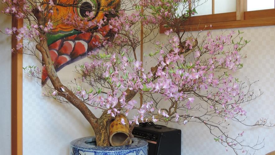 *【玄関】季節の花を飾ってお迎えいたします。