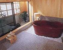 家族風呂【無料/要予約】二人程度が入れる信楽焼のお風呂です。