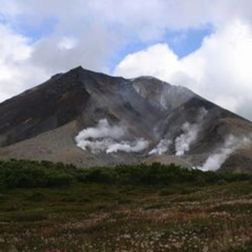 噴煙を上げる旭岳