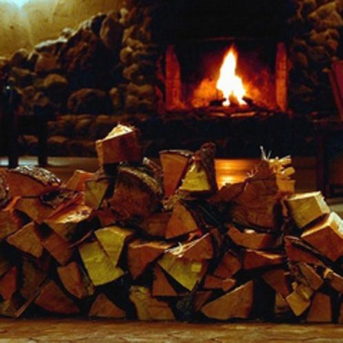 ロビーからの暖炉