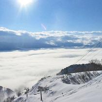 *戸狩温泉スキー場上部「とん平」より眼下に広がる雲海。幻想的な情景に魅了されます。