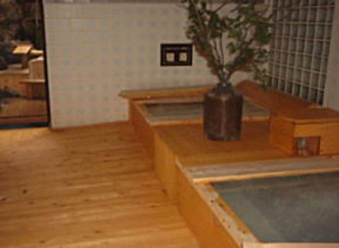 乳白色の濁り湯の温泉