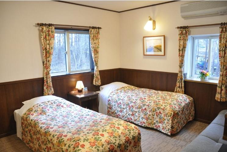 【本館ツインルーム】シモンズベットを使用したコンパクトなお部屋です。