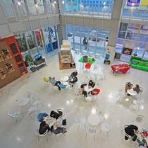 ≪八戸ポータルミュージアム『はっち』≫ はっちひろば 開館時間:9:00~21:00