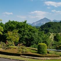 ホテルの入り口からゴルフコースを背にして見ると「武甲山」!!