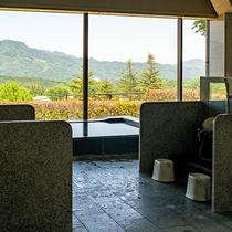 男性用大浴場からは景色をお楽しみいただけます