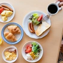 朝食は和/洋定食、またはバイキング