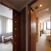 [メゾネットフォース]ごゆっくり寛げる空間、セミダブルのベットが4台のお部屋