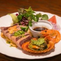 マグロステーキ、海老帆立の盛合せとパン2種