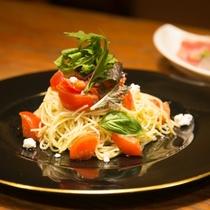 完熟トマトのカッペリーニと生ハムサラダ