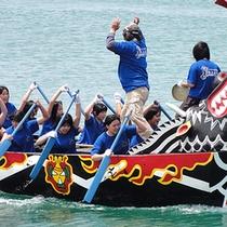 *【那覇ハーリー】爬竜船(はりゅうせん)を漕ぎ競い合う