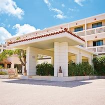 *【外観】沖縄らしい佇まいと色合いの当館