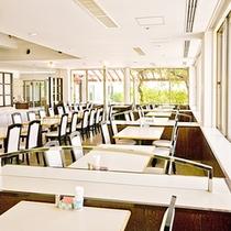 *【レストラン】窓からは沖縄の木漏れ日が差し込みます。