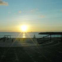 *【トロピカルビーチ】海に沈んでいく太陽をぼんやりと眺める