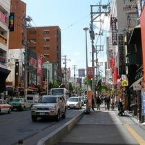 *【国際通り】新しいお店と古いお店がにぎやかに混在。